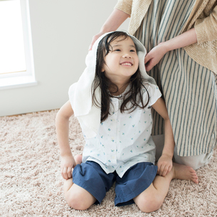 母親に髪を拭いてもらう女の子の写真素材 [FYI01954474]