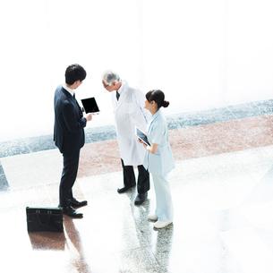 MRと話をする医者と看護師の写真素材 [FYI01954481]