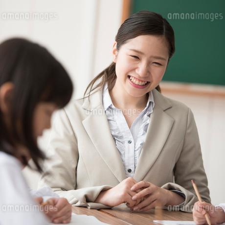 教室で微笑む先生の写真素材 [FYI01954498]