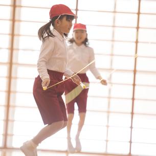 体育館で縄跳びをする小学生の写真素材 [FYI01954502]