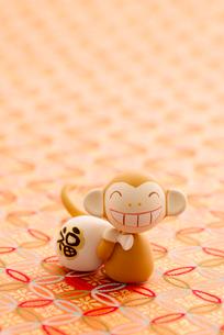 福袋を持つ猿 干支のクラフトの写真素材 [FYI01954553]