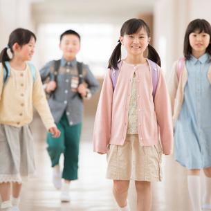 学校の廊下を歩く小学生の写真素材 [FYI01954555]
