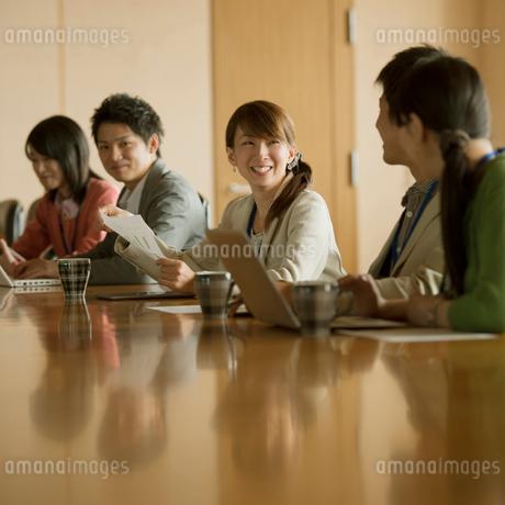 会議をするビジネスマンとビジネスウーマンの写真素材 [FYI01954560]