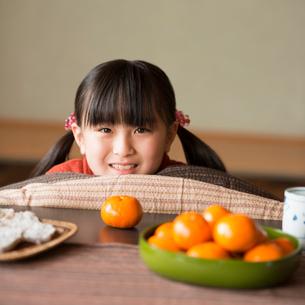 こたつで微笑む女の子の写真素材 [FYI01954570]