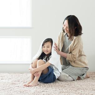 母親に髪を拭いてもらう女の子の写真素材 [FYI01954588]