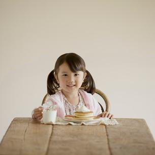 おやつを食べる女の子の写真素材 [FYI01954595]