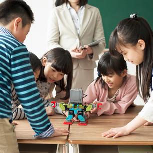 プログラミングの授業を受ける小学生の写真素材 [FYI01954606]