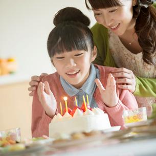 パーティーをする親子の写真素材 [FYI01954615]