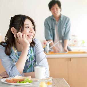 朝食を食べる女性の写真素材 [FYI01954624]