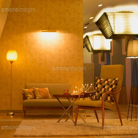 間接照明のあるリビングルームの写真素材 [FYI01954673]