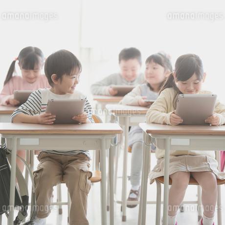 タブレットPCで勉強をする小学生の写真素材 [FYI01954698]