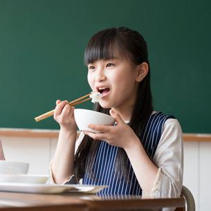 給食を食べる小学生の写真素材 [FYI01954702]