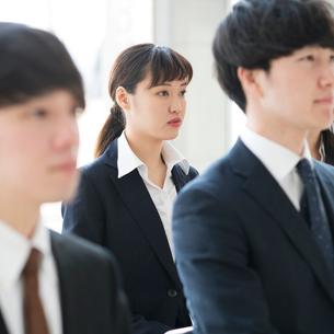 真剣な表情をするビジネスウーマンの写真素材 [FYI01954713]