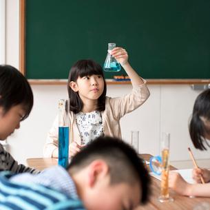 実験をする小学生の写真素材 [FYI01954720]