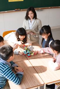 プログラミングを教える先生と小学生の写真素材 [FYI01954742]