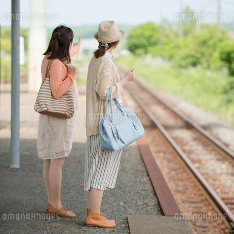 駅のホームで電車を待つ2人の女性の写真素材 [FYI01954743]