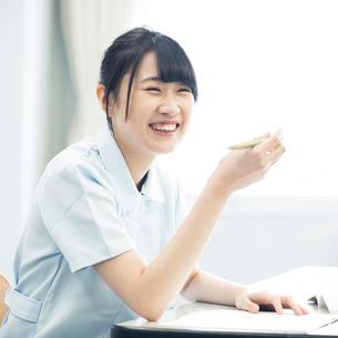 勉強をする看護学生の写真素材 [FYI01954756]