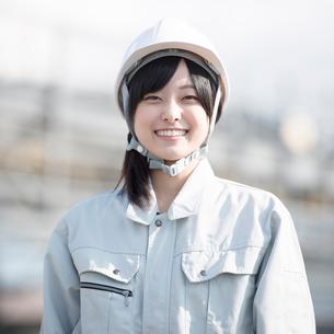 工事現場で微笑む作業員の写真素材 [FYI01954788]