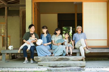 縁側で涼む3世代家族の写真素材 [FYI01954795]