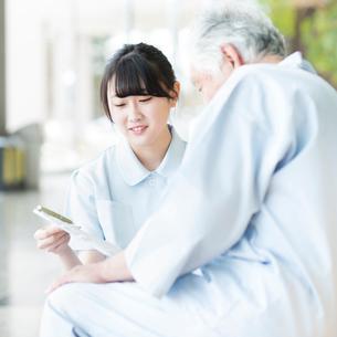 患者と話をする看護師の写真素材 [FYI01954804]