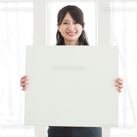 メッセージボードを持つビジネスウーマンの写真素材 [FYI01954814]