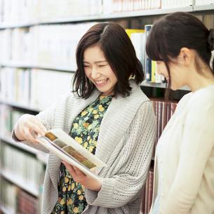 図書館で談笑をする2人の女性の写真素材 [FYI01954822]