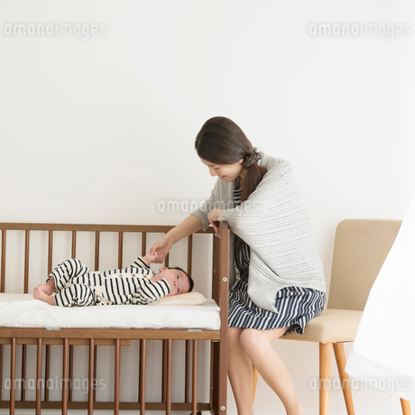 赤ちゃんと母親の写真素材 [FYI01954825]