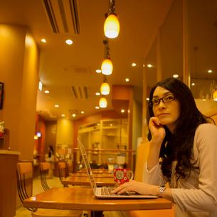 カフェでパソコン操作をする女性の写真素材 [FYI01954826]