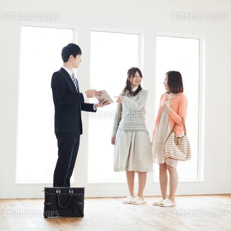 部屋の内見をする2人の女性とビジネスマンの写真素材 [FYI01954838]