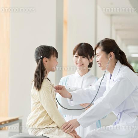 女医の診察を受ける女の子の写真素材 [FYI01954846]