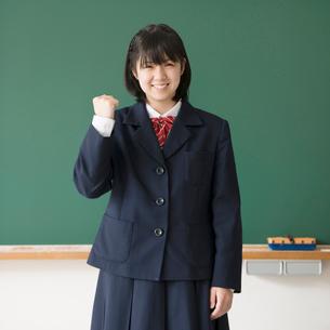 黒板の前でガッツポーズをする女子学生の写真素材 [FYI01954871]