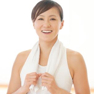 タオルを首に掛け微笑む女性の写真素材 [FYI01954920]