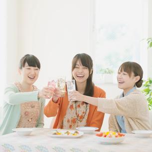 乾杯をする3人の女性の写真素材 [FYI01954929]