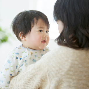 母親に抱かれる赤ちゃんの写真素材 [FYI01954978]