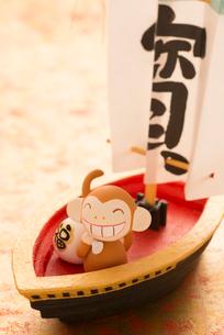 宝船に乗った猿 干支のクラフトの写真素材 [FYI01954979]