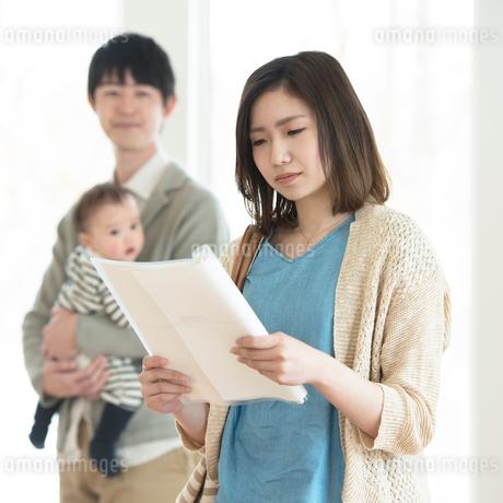 部屋の内見をする家族の写真素材 [FYI01954980]