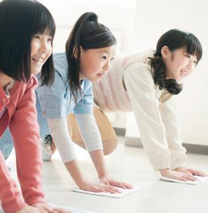 教室で掃除をする小学生の写真素材 [FYI01954981]
