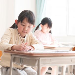 教室で授業を受ける小学生の写真素材 [FYI01954988]
