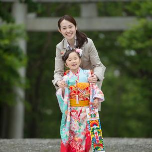 七五三の女の子と母親の写真素材 [FYI01954998]