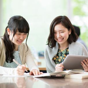 図書館で勉強をする大学生の写真素材 [FYI01955001]