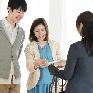 部屋の内見をする夫婦とビジネスウーマンの写真素材 [FYI01955005]