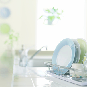 キッチンの水切りカゴに置いてある食器の写真素材 [FYI01955008]