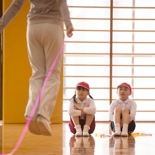 体育の授業を受ける小学生の写真素材 [FYI01955017]