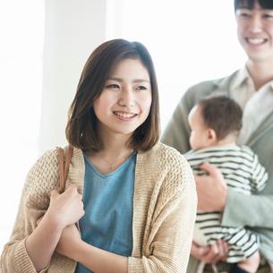 部屋の内見をする家族の写真素材 [FYI01955019]