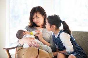 赤ちゃんにミルクをあげる親子の写真素材 [FYI01955035]