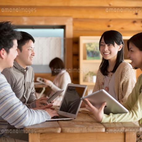 カフェで談笑をする大学生の写真素材 [FYI01955041]