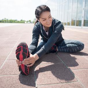 準備運動をする女性の写真素材 [FYI01955047]