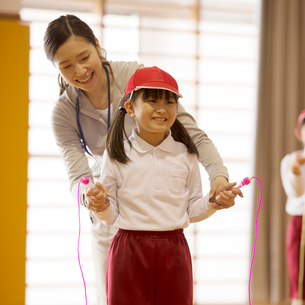 縄跳びの指導を受ける小学生の写真素材 [FYI01955048]
