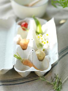 卵のケースに入ったミニ野菜と野花の写真素材 [FYI01955062]