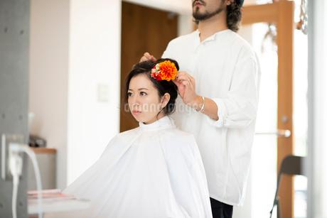 美容師にヘアセットをしてもらう女性の写真素材 [FYI01955070]